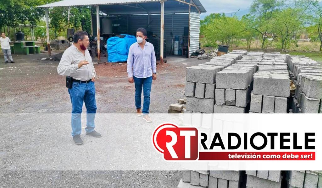 Supervisa titular de Sedesoh máquina vibrobloquera en Apatzingán
