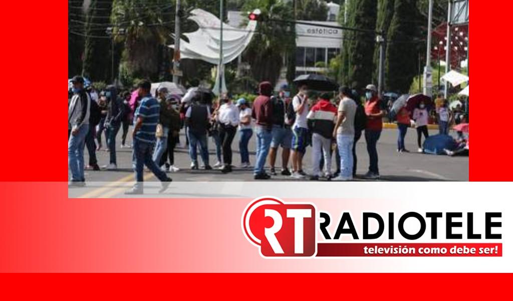 CNTE bloquea avenida Camelinas en Morelia para exigir pago de quincenas