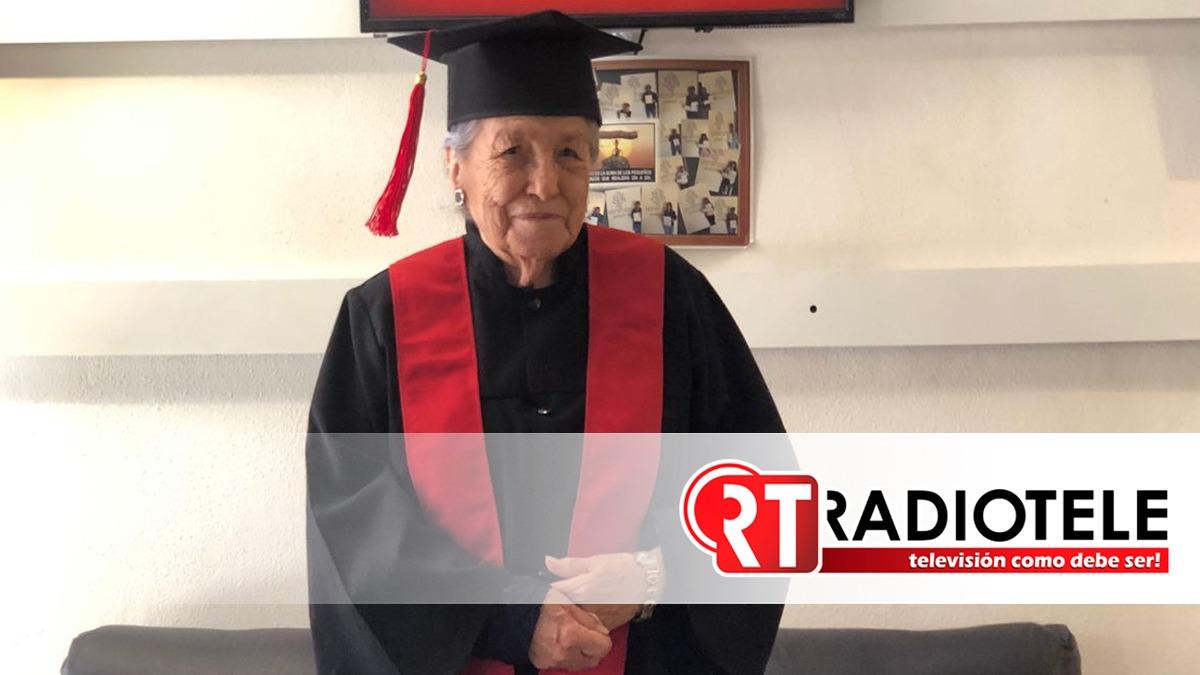 A sus 93 años, mujer se gradúa en Administración de Empresas
