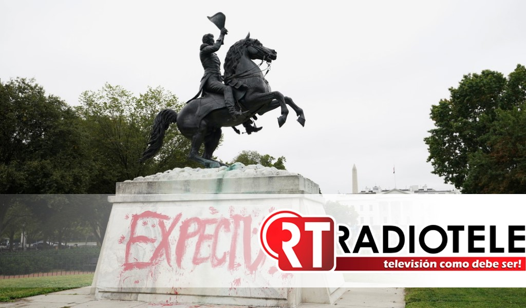 Activistas indígenas vandalizan la estatua de un expresidente de EE.UU. situada frente a la Casa Blanca